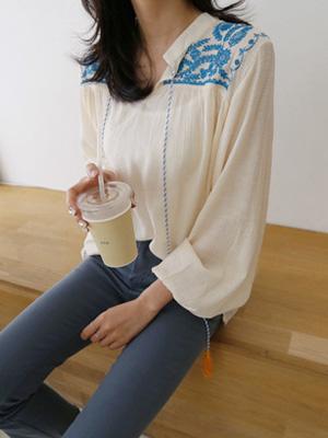 刺绣的女人衬衫
