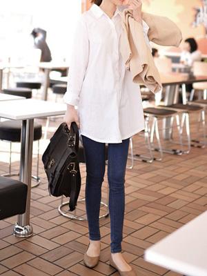 基本的白色长款衬衫