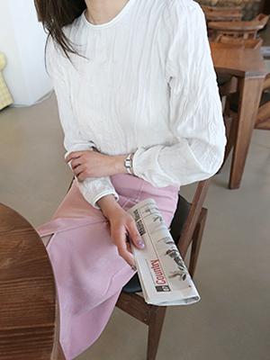 皱纹的圆领女衬衫